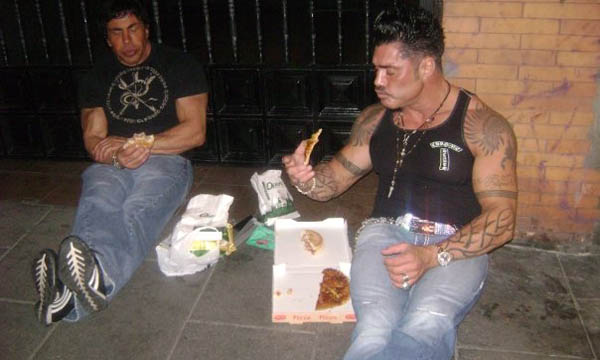 Ricardo Fort comiendo pizza
