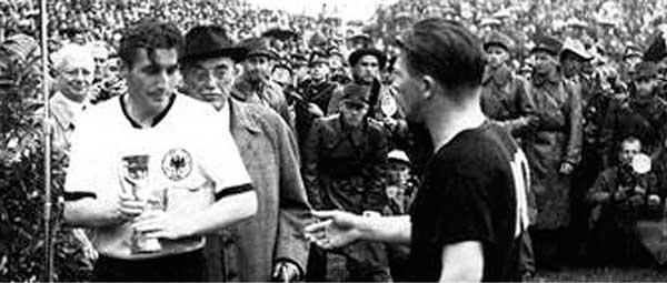 Fritz Walter y Feren Puskás se saludan Suiza 1954